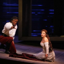 Ian-Storey-as-Otello_Cristina-Gallardo-Domas-as-Desdemona-©-Robert-Millard.jpg